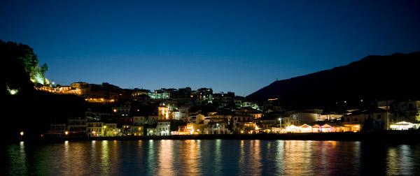 Het Griekse Parga bij nacht